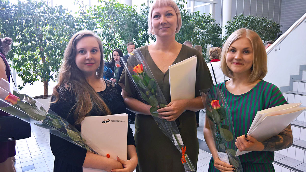 Jenni Pekkarinen valmistujaisjuhlassa Helsingissä (oikealla) piti opiskelijan puheen 31.5.2017